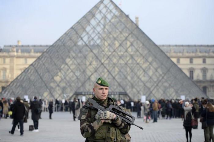 """Un individ a ucis cu un cuţit două persoane în Paris. Ar fi strigat """"Allah Akbar"""" înainte de atac"""