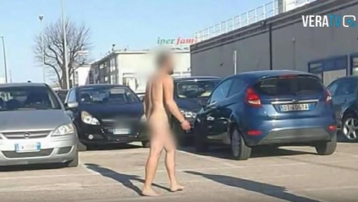 (video) Un moldovean a fost surprins cum se plimbă în pielea goală pe străzile unui orășel din Italia