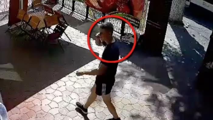 (video) Un tânăr este căutat de poliție pentru furtul unui telefon mobil, surprins de camerele de supraveghere