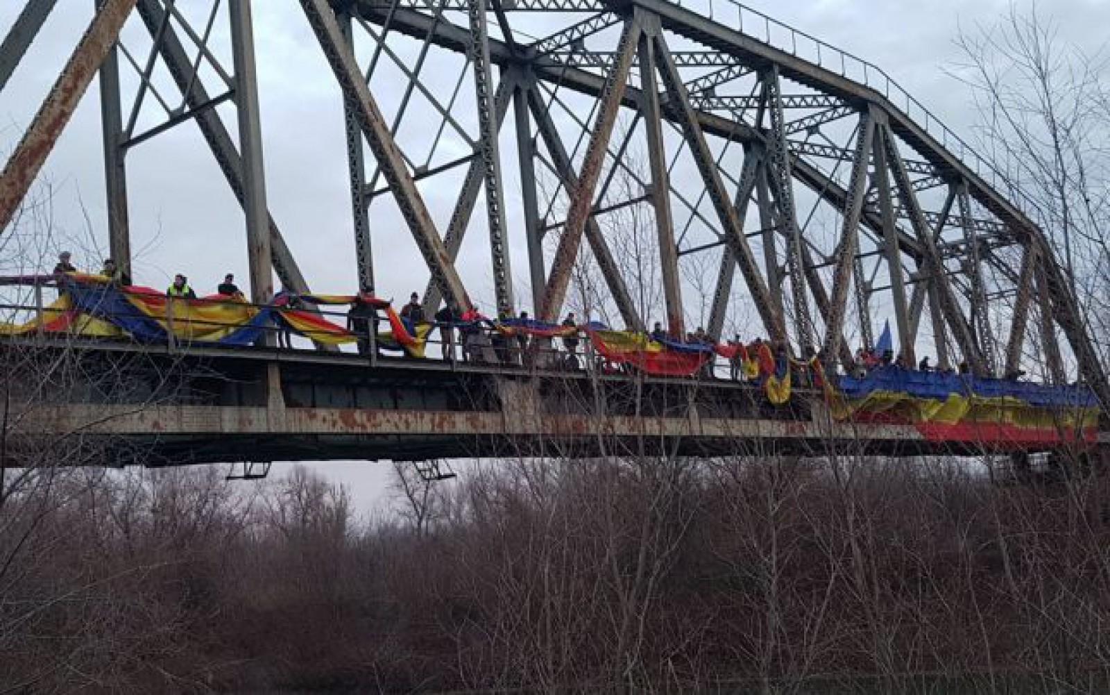 Un tricolor a legat cele două maluri ale Prutului, marcând intrarea în Anul Centenar al Marii Uniri