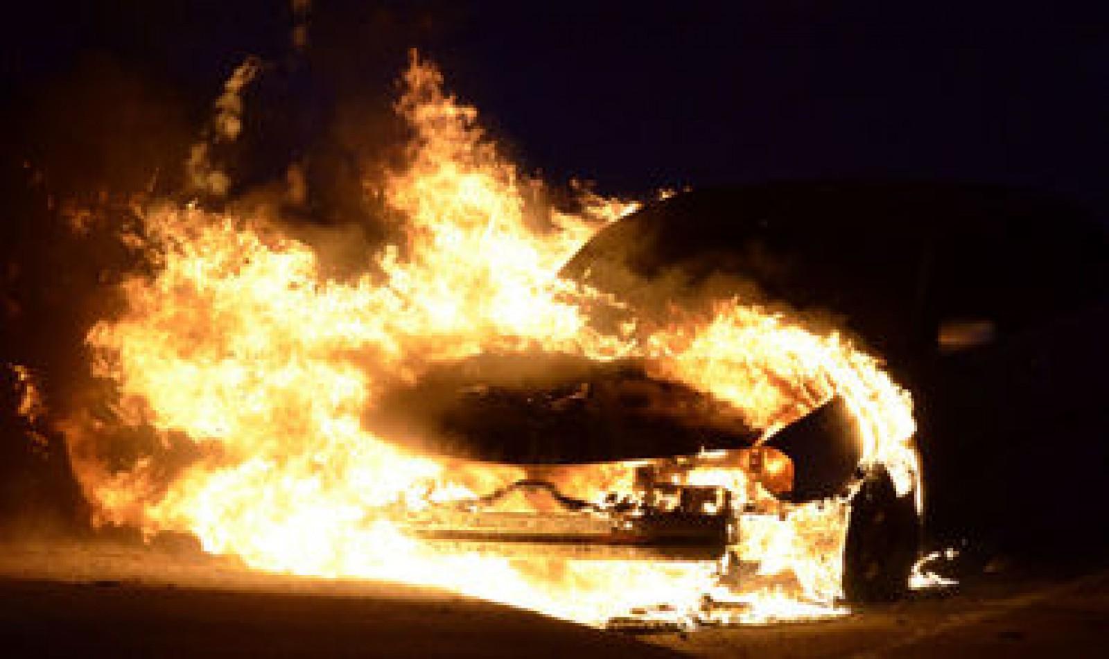 (video/update) Un Volkswagen a ars în întregime: Incendiul s-a produs în sectorul Centru din capitală