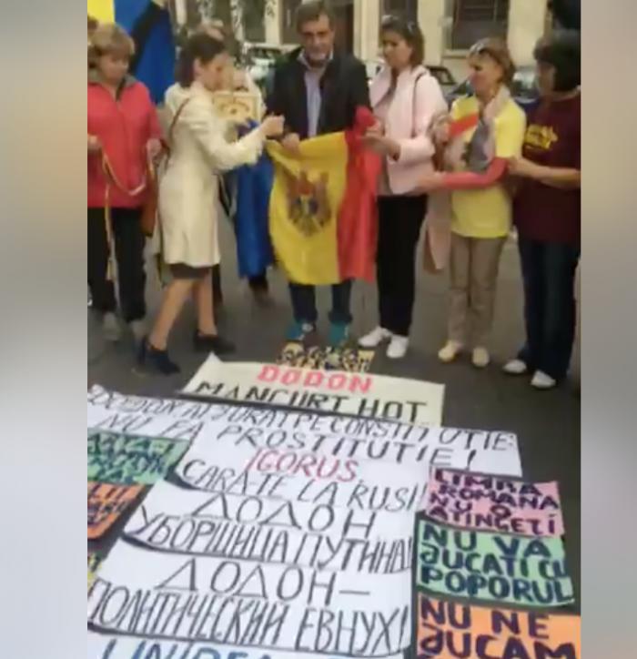 (update) Protest în Italia, în contextul vizitei lui Igor Dodon. Președintele s-a întâlnit azi cu o parte a diasporei la o biserică din Roma