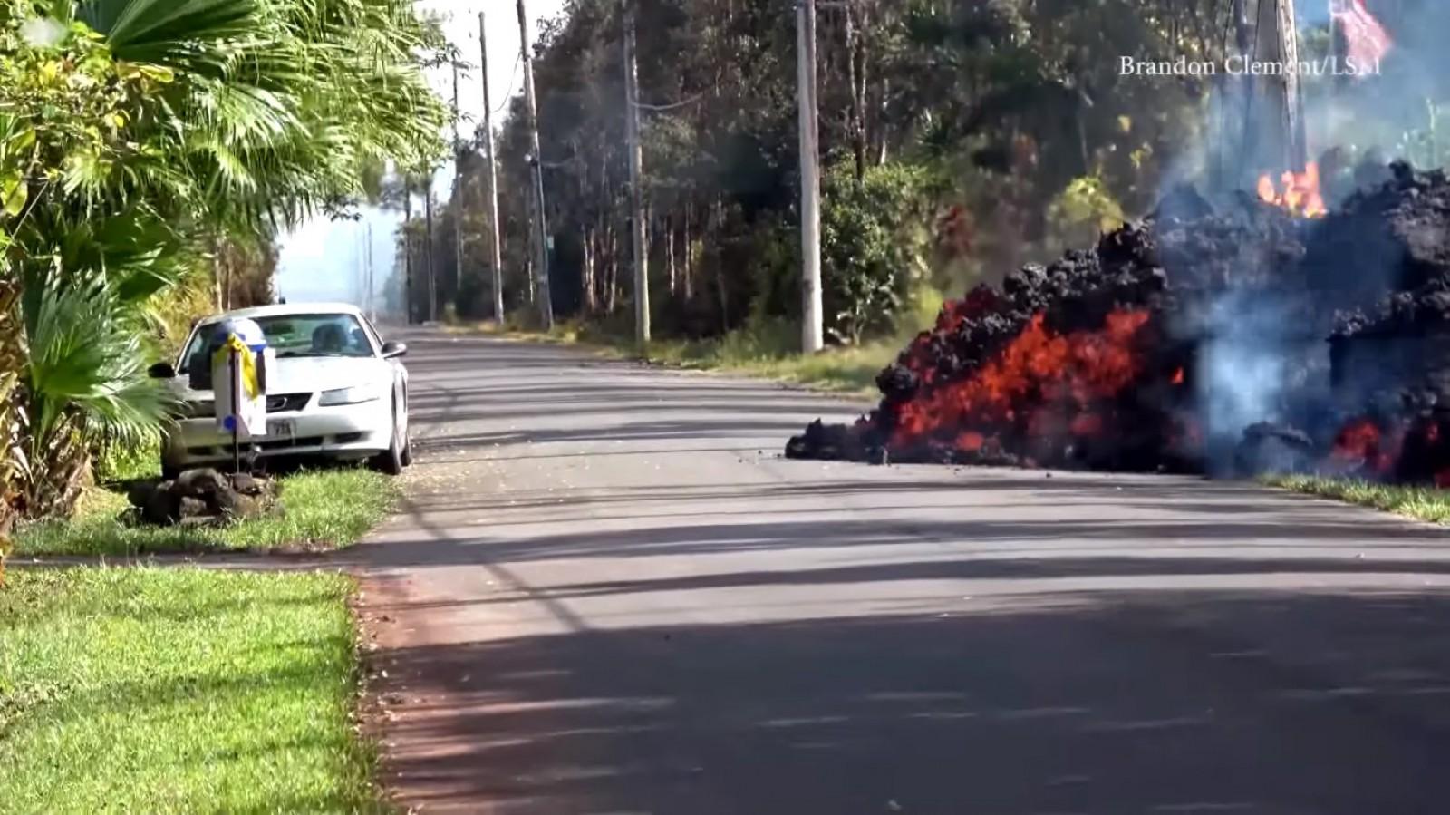 (video) Şofer ghinionist. Şi-a lăsat maşina în cel mai nepotrivit loc, în calea lavei unui vulcan