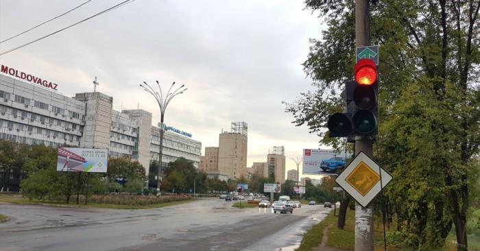 (video) Ştiai asta? Mai nou, în câteva intersecții din Chişinău se permite deplasarea la culoarea roşie a semaforului
