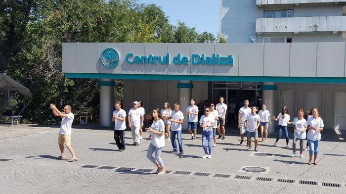 """(video) ,,Hey, ai grijă de rinichii tăi!"""" Tinerii pacienți de la Centrul BB-Dializă au organizat un flashmob pe ritmuri de dans"""