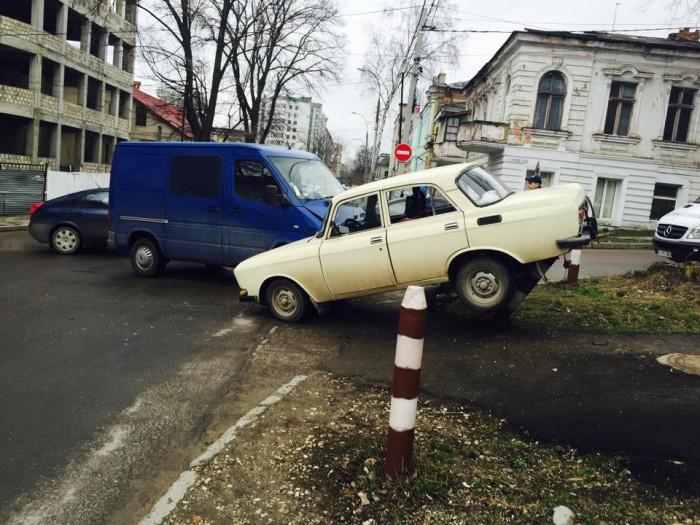 (video, foto) Accident matinal în Chișinău. O mașină a fost aruncată pe trotuar