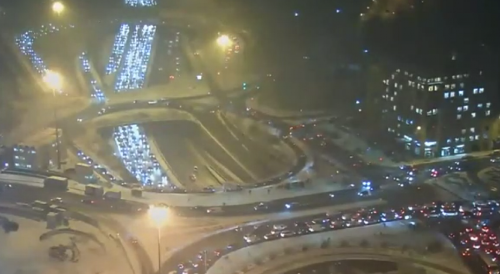 (video) Ambuteiaje de sute de kilometri în Paris: Stratul de zăpadă nu depășește câțiva centimetri