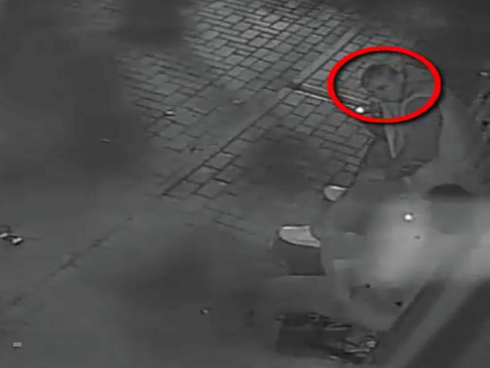 (video) Bărbatul din imagini este căutat de polițiști: Ar fi atacat și jefuit un tânăr în stradă