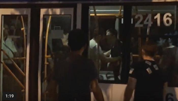 (video) Bătaie într-un troleibuz din capitală: doi tineri ar fi agresat verbal o taxatoare, au lovit-o cu piciorul în piept și s-au luat la bătaie cu pasagerii