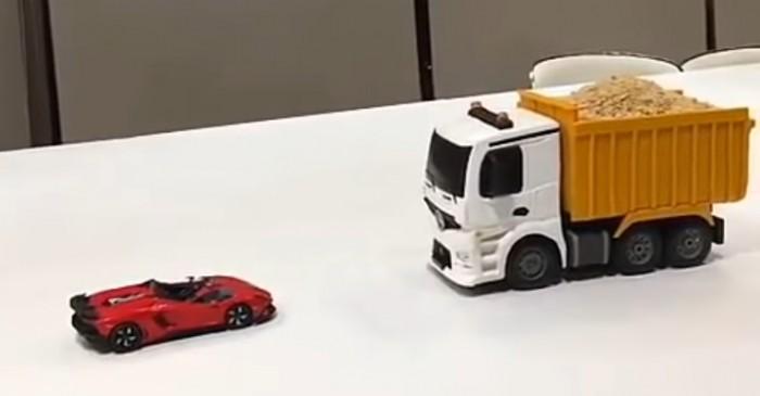 (video) Camion Mercedes-Benz cu surprize! Ar fi perfect pentru aniversarea copilului tău