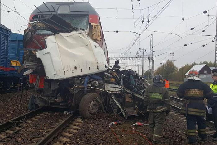 (video) Carnagiu în Rusia: Cel puţin 19 oameni au murit în urma coliziunii între un tren şi un autobuz