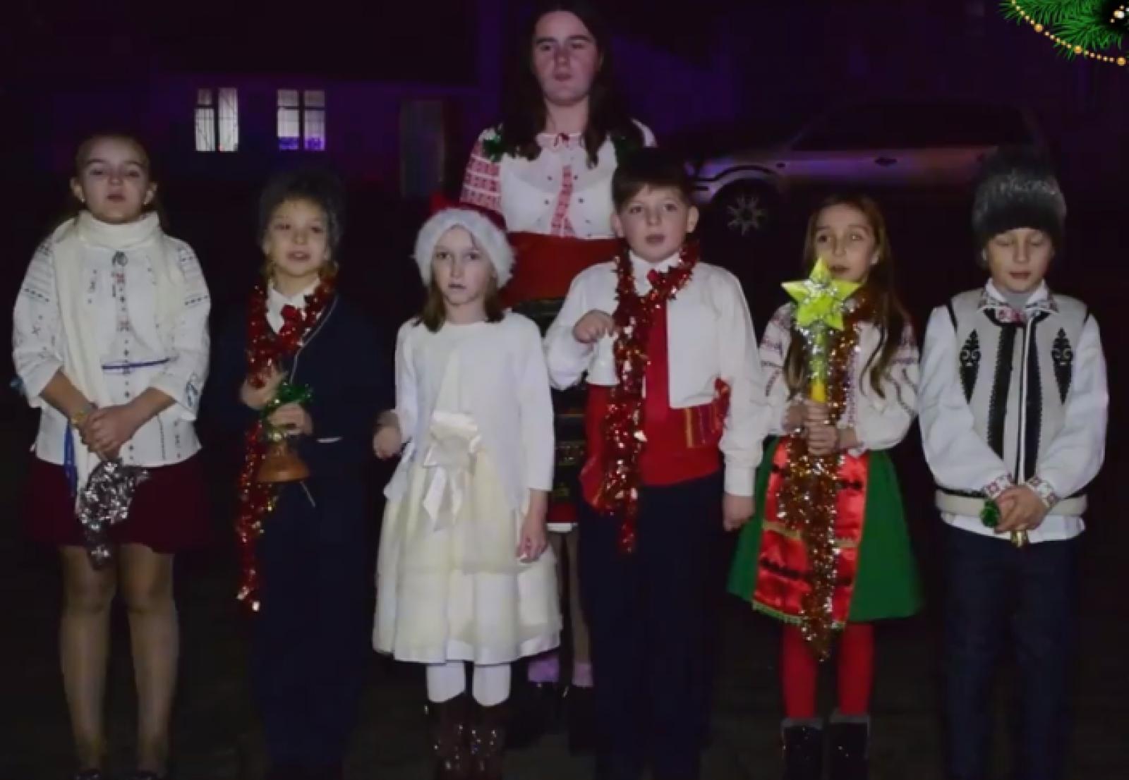 (video) Chiar dacă se află la datorie de Crăciun, INP au fost colindați de un grup de copii