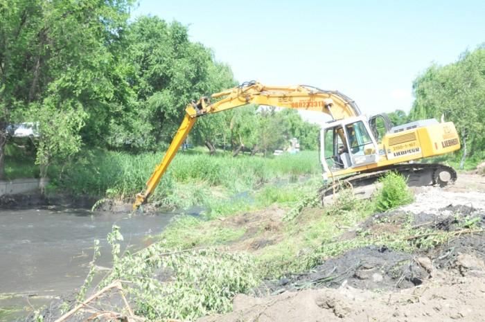 """(video) Lucrările de curățare a albiei râului Bîc, stopate. Chirtoacă spune că se caută """"nod în papură"""""""