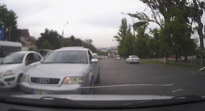 (video) Chişinău: Un alt şofer, surprins pe contrasens. A înjurat când a fost oprit