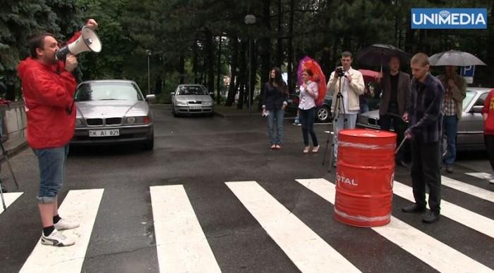 (video) Comsomoliștii cer demisia Maiei Sandu pentru că nu le-a dat voie elevilor să copieze