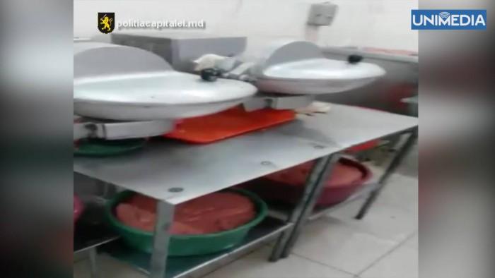 (video) Condiții insalubre de păstrare a cărnii depistate într-o fabrică. Carnea stătea în ligheane și era neacoperită