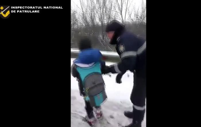 (video) Copil rătăcit - găsit și condus acasă de inspectorii de patrulare