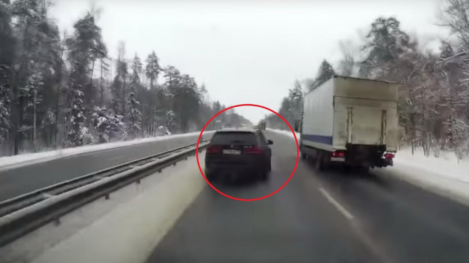 (video) Cum a reuşit şoferul unui SUV să răstoarne un camion. Totul a fost filmat de o cameră de bord