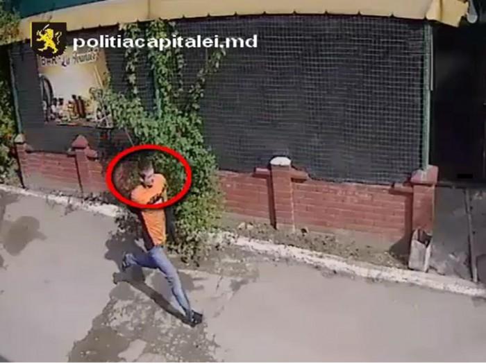 (video) Dacă îl cunoști, anunță poliția. Bărbatul din imagini i-ar fi sustras unei tinere telefonul mobil