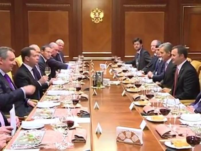 """(video) Delegația RM servită cu vin italian la Moscova. Chirtoacă: """"Asta e bătaie de joc!"""""""