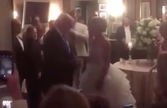 (video) Donald Trump şi-a făcut apariţia neanunţat la o nuntă din New Jersey, organizată la clubul său. Ce reacţie au avut mirii şi invitaţii