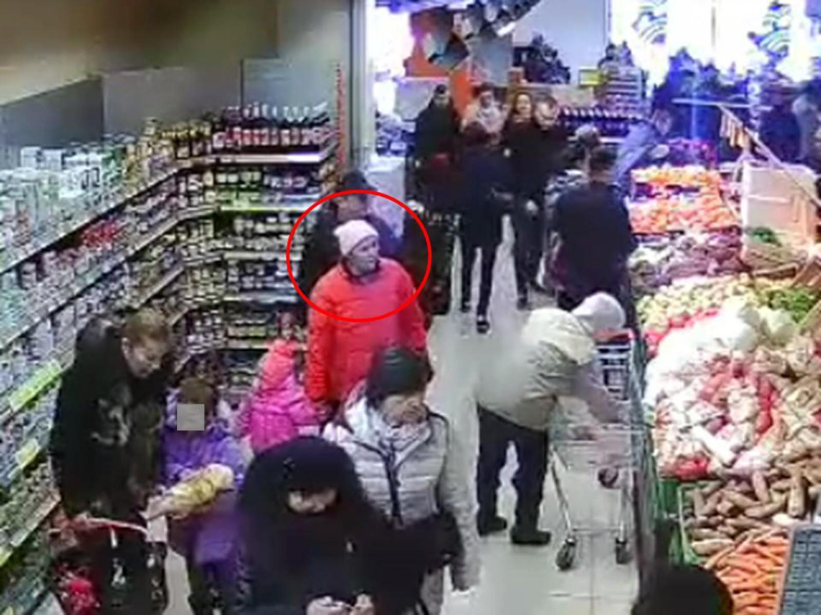Femeia din imagine este căutată de poliție, bănuită pentru furtul unui portmoneu