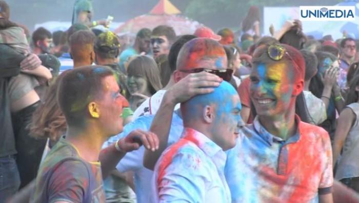 (video) Festivalul Culorilor ar putea fi interzis în PMAN. Autoritățile municipale, nemulțumite de dezordinea lăsată și drumul blocat