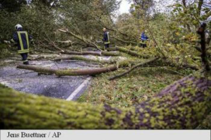 (video) Furtuna Xavier face ravagii în Germania: Cel puţin o persoană a murit. Traficul aerian şi feroviar, grav perturbat