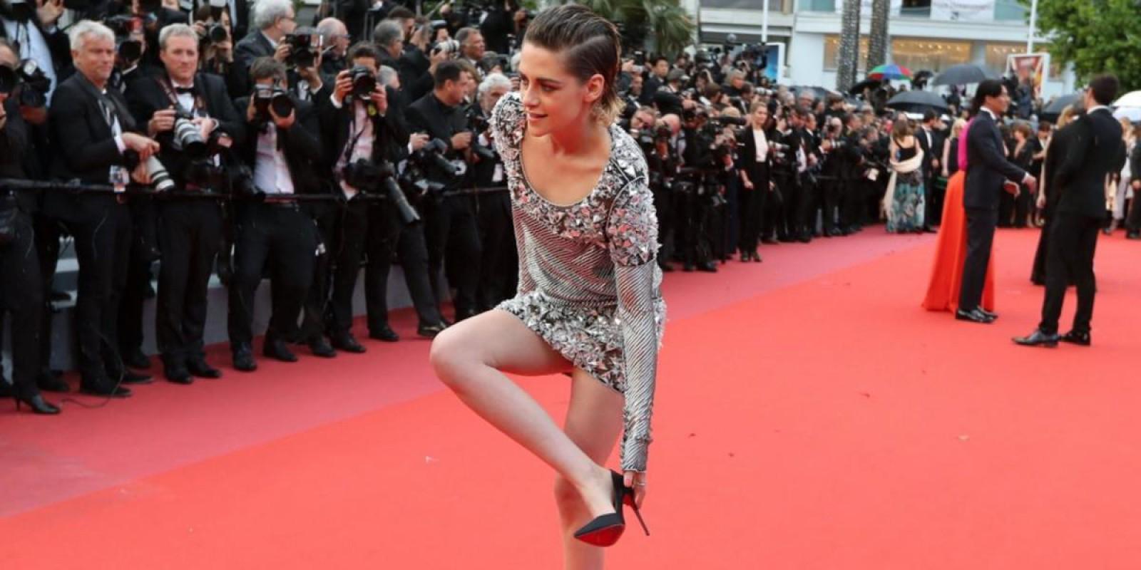 (video) Gestul făcut de actrița Kristen Stewart, pe covorul roșu de la Cannes. S-a descălțat în semn de protest