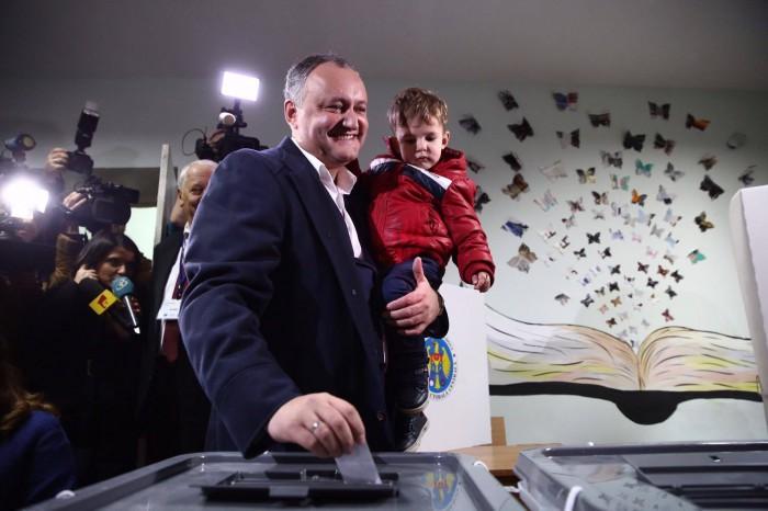 (video) Igor Dodon și-a exercitat dreptul la vot: Vom câștiga cu o diferență mare