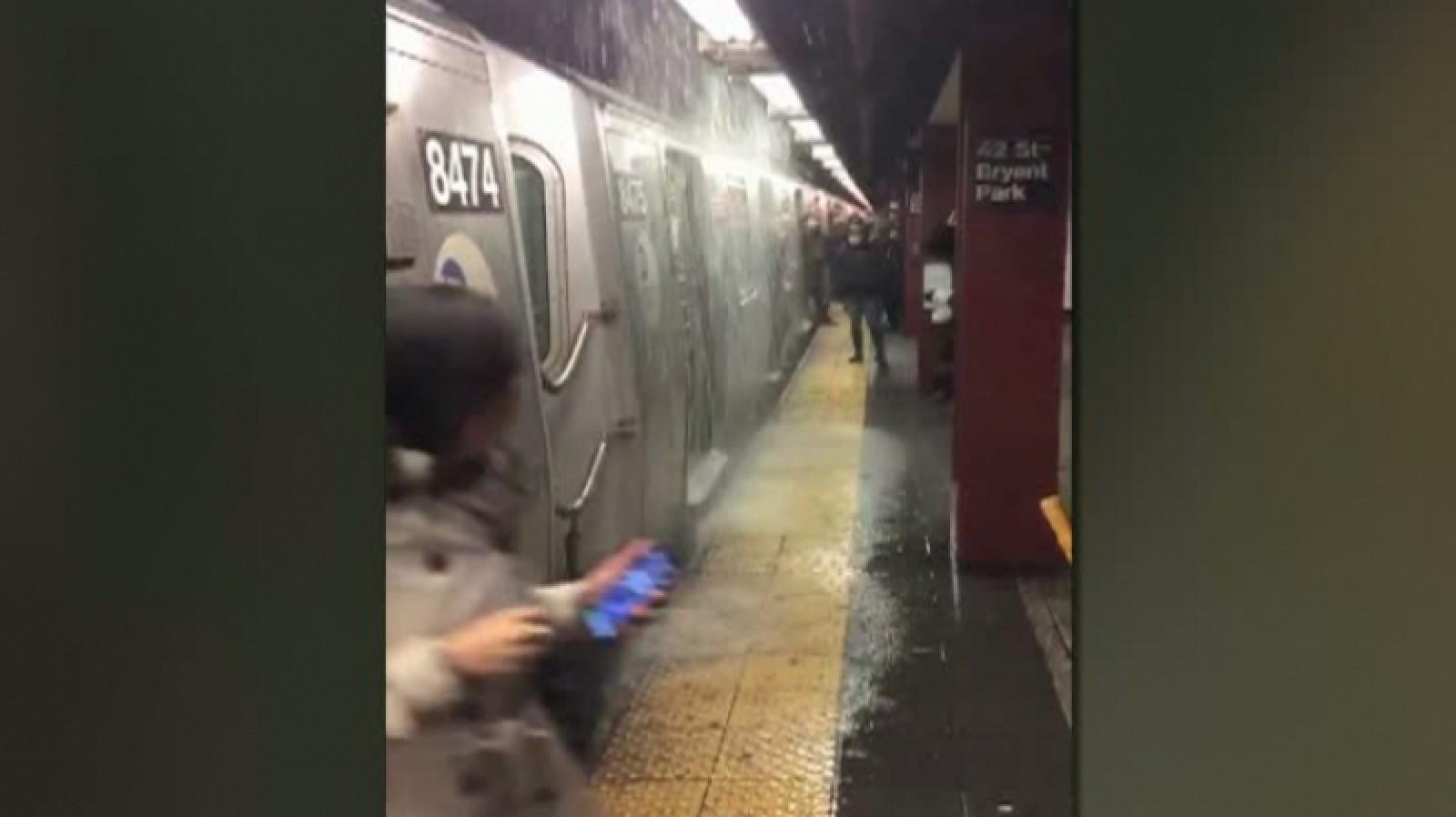 (video) Inundaţie la metroul din New York - scări transformate în cascade