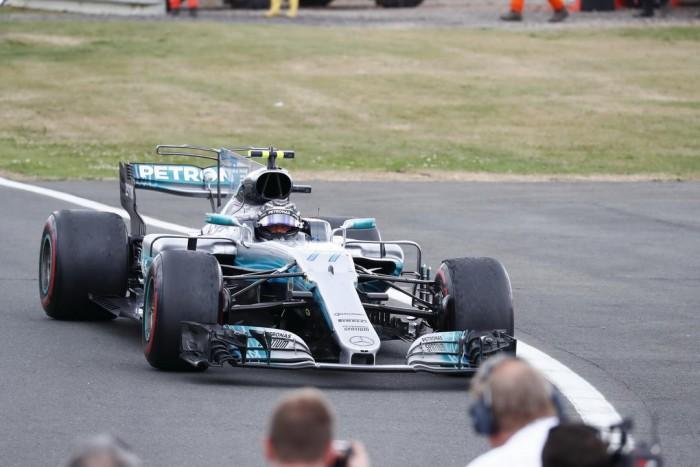 (video) Lewis Hamilton a câştigat MP organizat la el acasă. Ferrari a avut mari probleme aproape de final