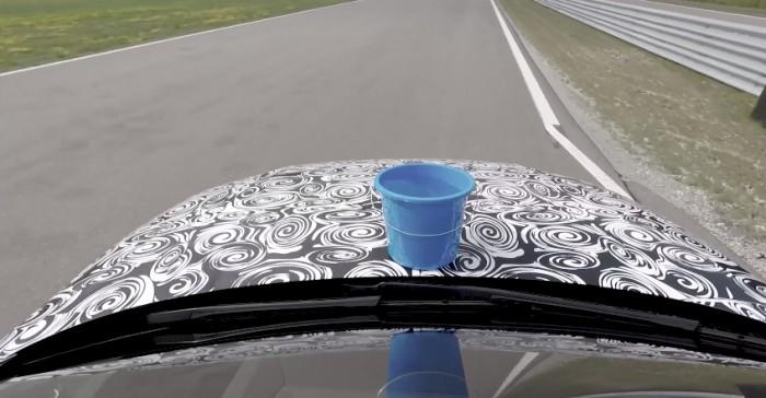 (video) Maniabilitatea şi stabilitatea noului Audi A8, testate cu o căldare cu apă şi un trabuc