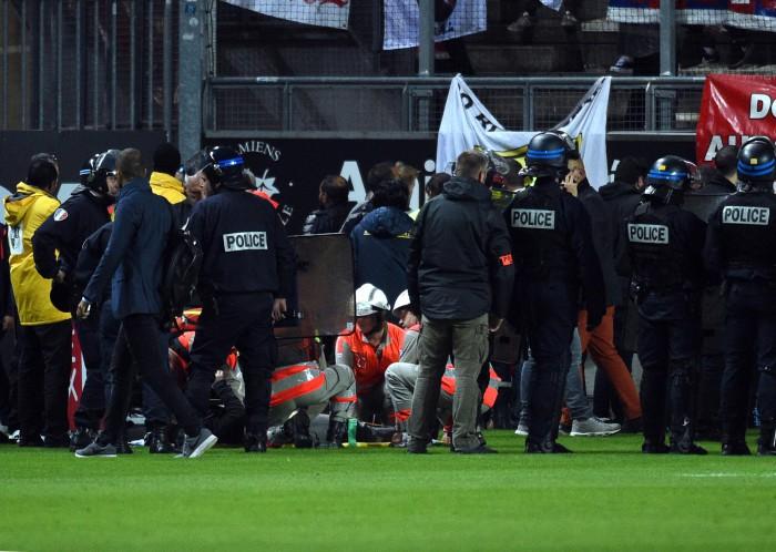 (video) Meciul Amiens - Lille a fost suspendat, după ce zeci de fani au căzut din tribună
