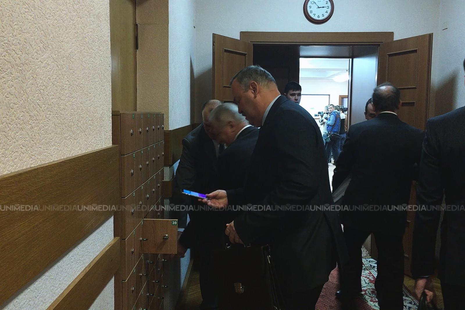 """(video) Miniștrii, fără telefoane în sala de ședințe: Noua regulă """"de aur"""" la Guvern"""