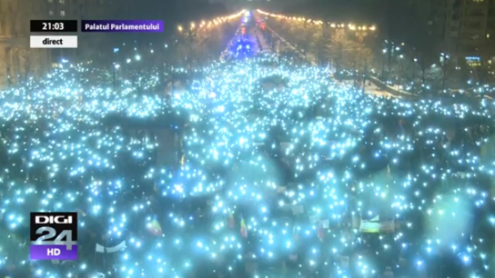 (video) Momentul culminant al protestului masiv de la București: cei peste 60 de mii de oameni aprind lumini