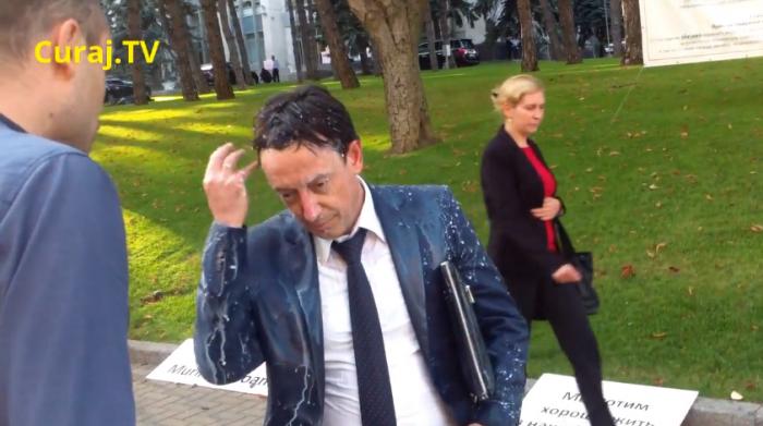 Ministrul Finanțelor, stropit cu o găleată cu lapte de un protestatar