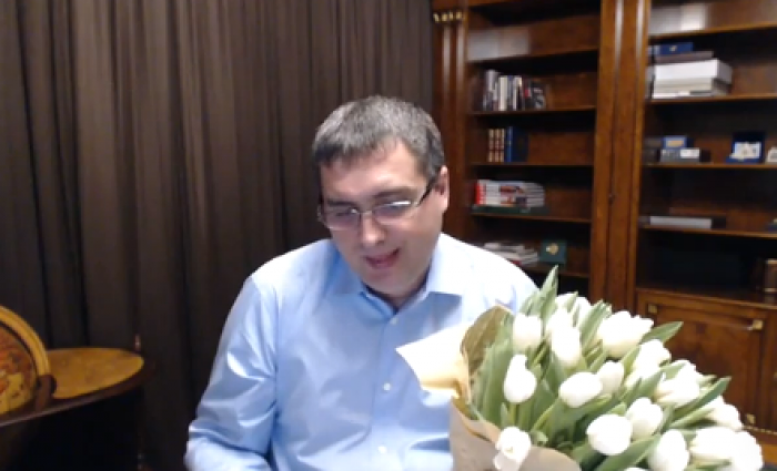 (video) Nostalgic! Renato Usatîi recită o poezie dedicată tuturor femeilor alcătuită de el