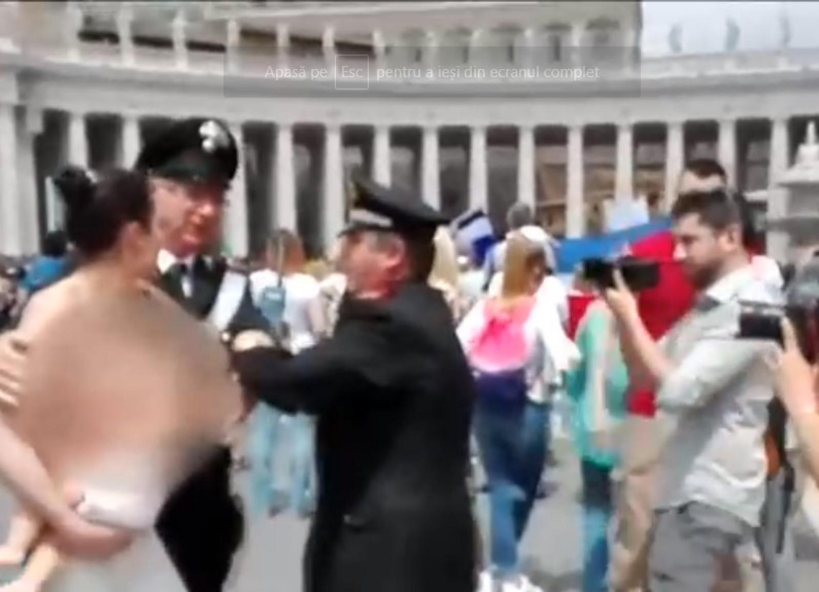 (video) O activistă Femen a protestat dezbracată la Vatican