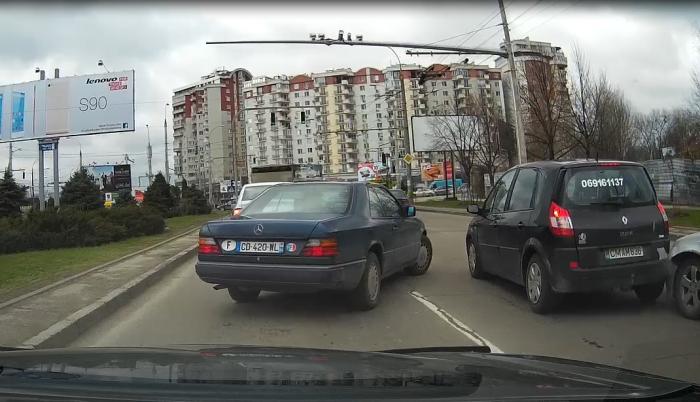 (video) O mașină înmatriculată în Franța a provocat un accident rutier în Chișinău