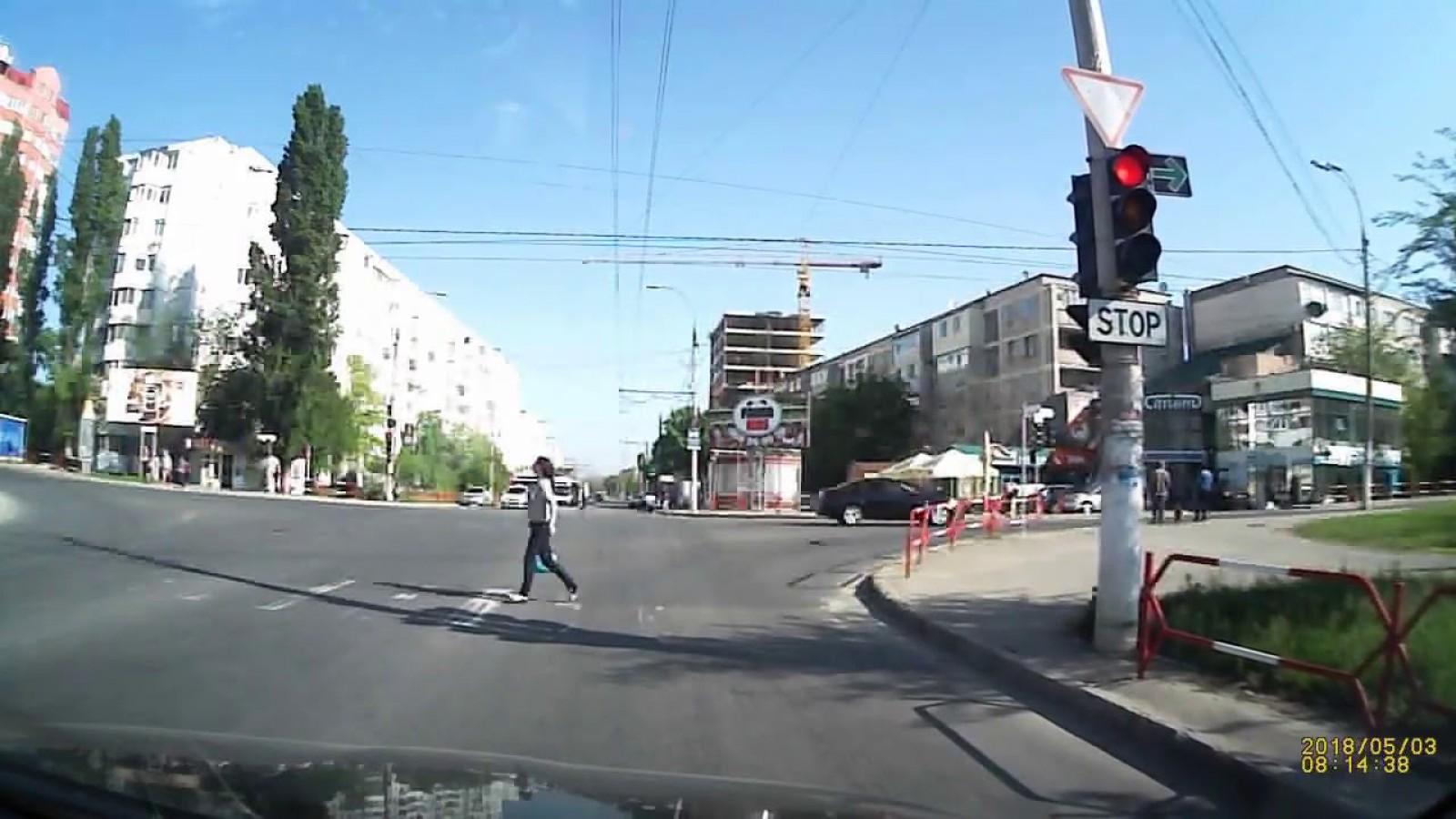 (update) O şoferiţă a ajuns să fie urâtă de mulţi oameni. Iată ce a făcut într-o intersecţie din Chişinău şi cum a fost sancţionată