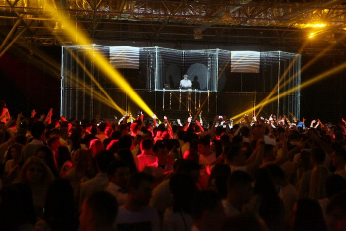 (video) Orange Music White Night - un show incendiar pe ritmurile muzicii electronice