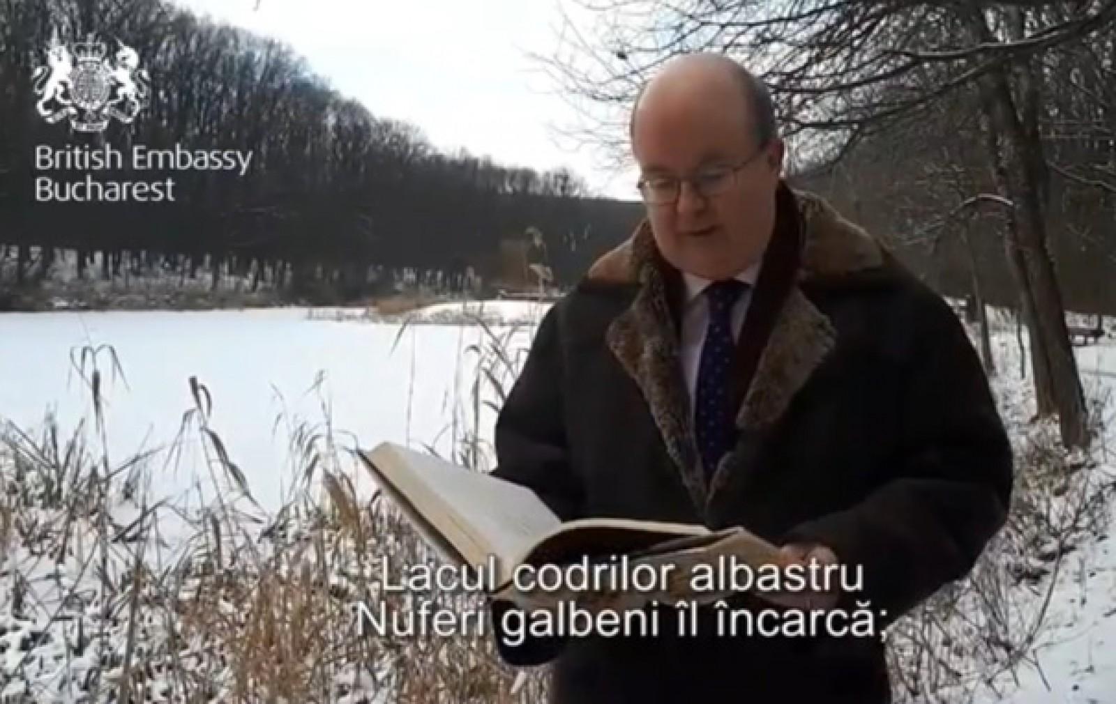 """(video) Paul Brummell, ambasadorul Marii Britanii, recită """"Lacul"""", de ziua lui Mihai Eminescu, la Ipoteşti"""