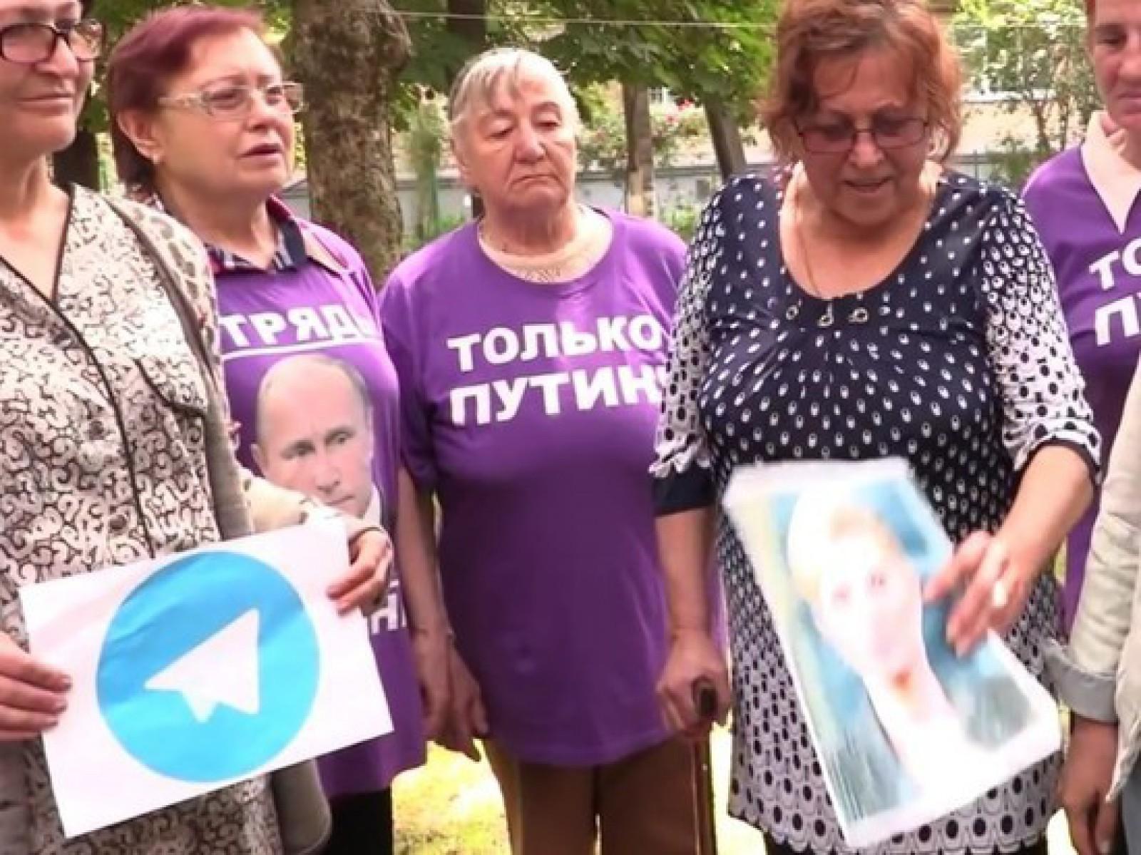 """(video) Un nou protest de la mișcarea """"Echipa lui Putin"""": Au îngropat pozele lui Trump, Durov și Navalinîi"""