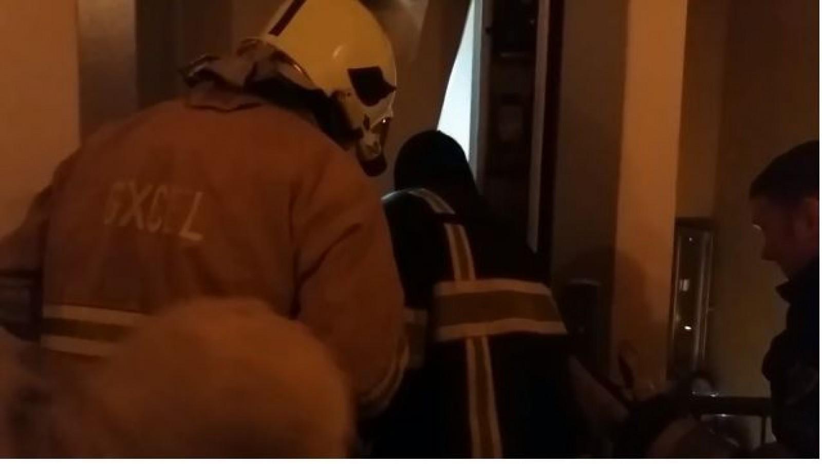 (video) Pompierii în alertă: Cinci adolescenți, salvați dintr-un lift blocat într-un bloc de pe strada Decebal