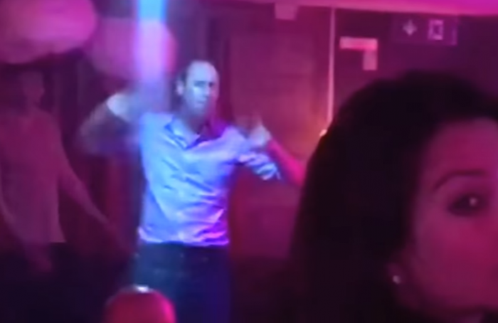 (video) Prințul William surprins în timp ce dansa energic într-un club de noapte. A mers în vacanță fără Kate