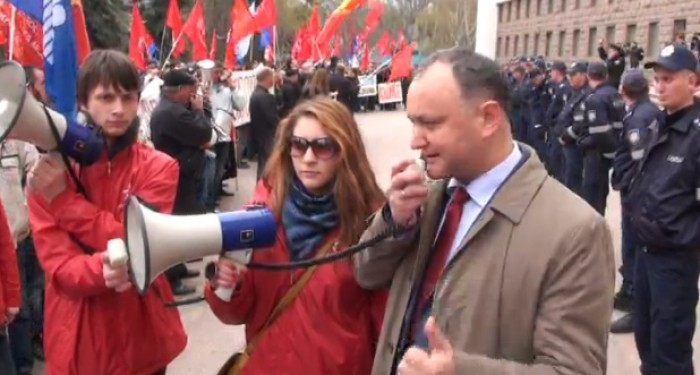 """(video) Protest PSRM și PCRM în fața Parlamentului: """"Jos Guvernul Leancă"""""""