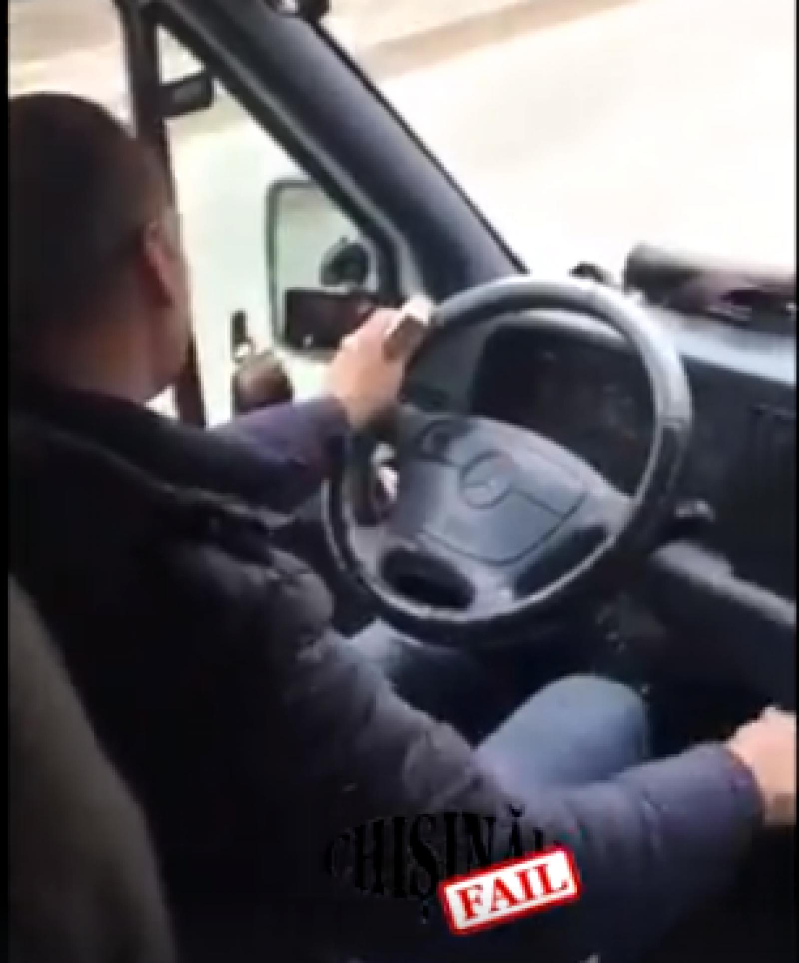 (video) Pune viața călătorilor în pericol: Un șofer de pe ruta 129 vizionează filme în timp ce conduce la volan