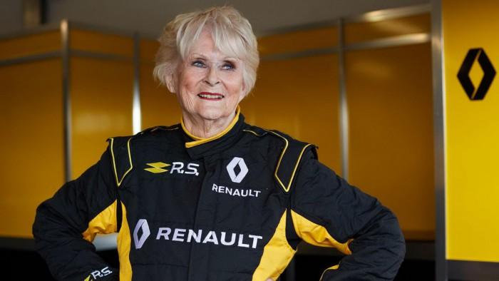 (video) Renault i-a oferit oportunitatea unei femei de 79 de ani să conducă un monopost cu 811 CP