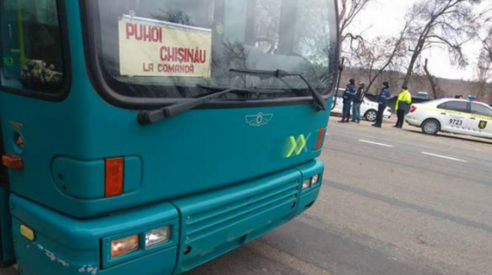 """(video) Reprezentanții ANTA au ajuns la Puhoi. Localnicii scandează """"Rușine"""" și cer să întoarcă autocarele Primăriei"""